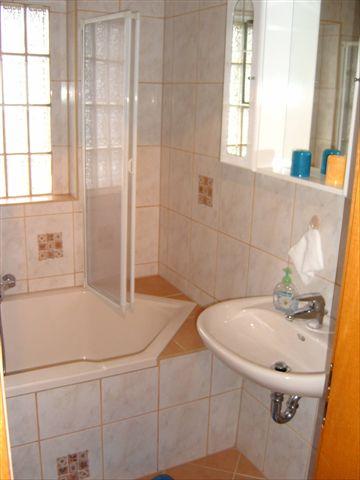 eckbadewanne mit duschwand. Black Bedroom Furniture Sets. Home Design Ideas